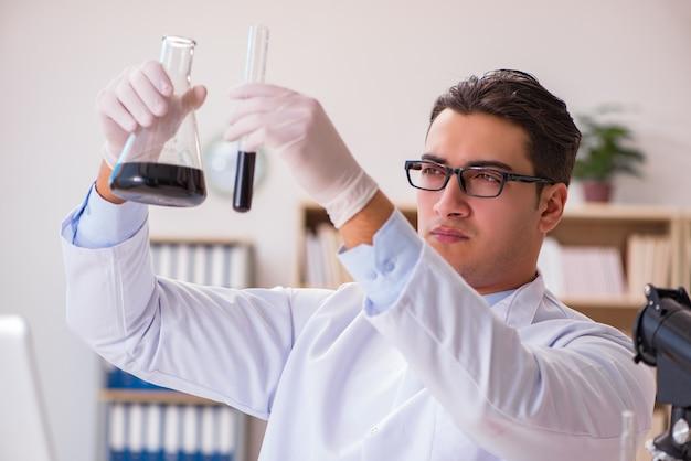 Jonge laboratoriumassistent die in het laboratorium werkt
