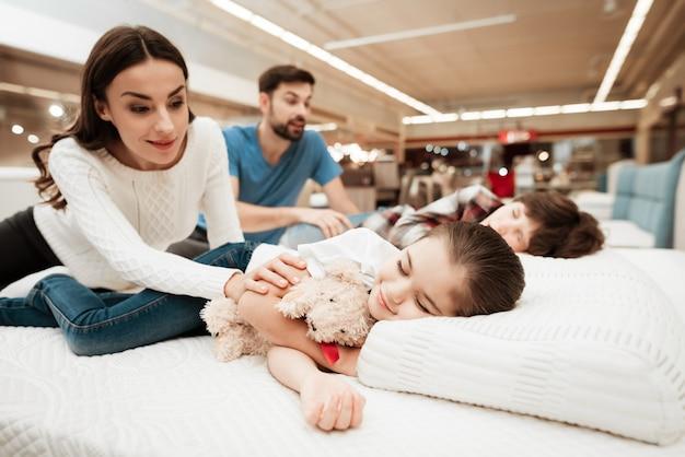 Jonge lachende ouders schattige kleine kinderen wakker