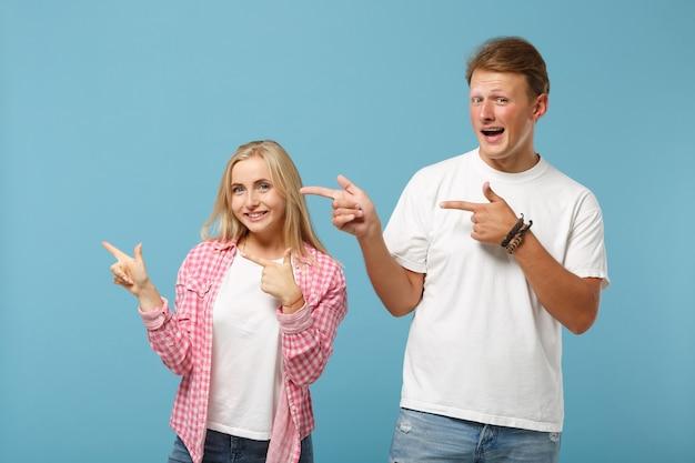Jonge lachende paar twee vrienden jongen meisje in wit roze lege lege ontwerp t-shirts poseren