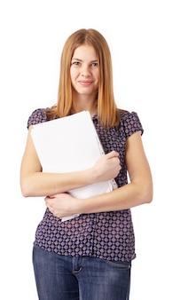 Jonge lachende vrouw met blanco wit papier.