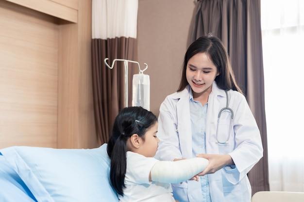Jonge lachende vrouwelijke kinderarts arts en kind patiënt