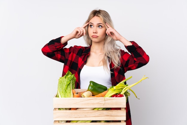 Jonge landbouwersvrouw over geïsoleerde achtergrond