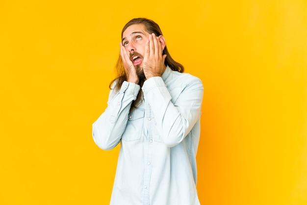 Jonge lange haren blanke knappe man uiting van emoties geïsoleerd