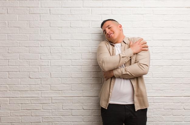 Jonge latijns-man die een knuffel geeft
