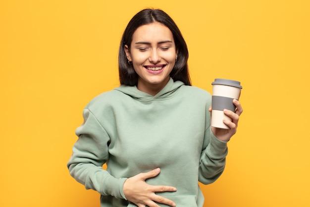 Jonge latijns-vrouw die hardop lacht om een of andere hilarische grap, zich gelukkig en opgewekt voelt, plezier heeft