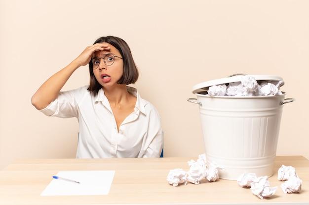 Jonge latijns-vrouw die in paniek raakt over een vergeten deadline, zich gestrest voelt, een puinhoop of een fout moet verdoezelen