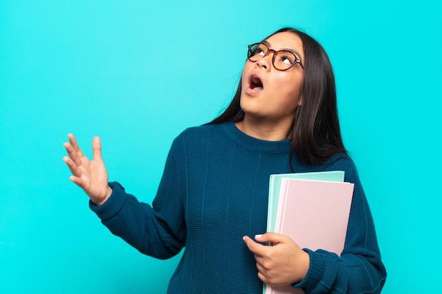 Jonge latijns-vrouw die opera uitvoert of zingt tijdens een concert of show, met een romantisch, artistiek en gepassioneerd gevoel