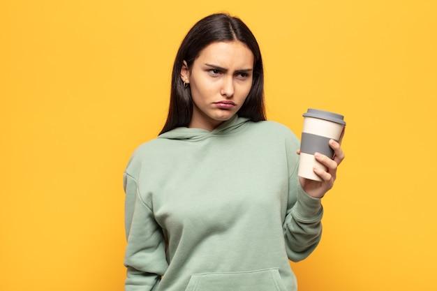 Jonge latijns-vrouw die zich verdrietig, boos of boos voelt en opzij kijkt met een negatieve houding