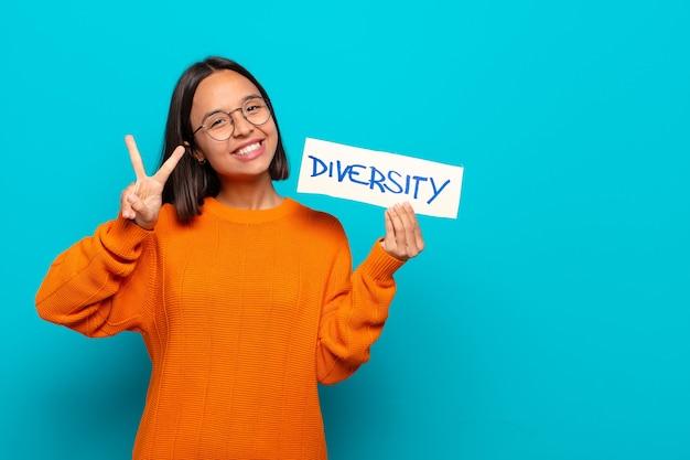 Jonge latijns-vrouw diversiteit concept young