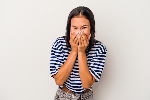 Jonge latijns-vrouw geïsoleerd op een witte achtergrond lachen om iets, die betrekking hebben op de mond met handen.