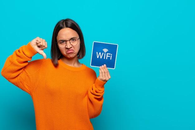 Jonge latijns-vrouw. gratis wifi-concept