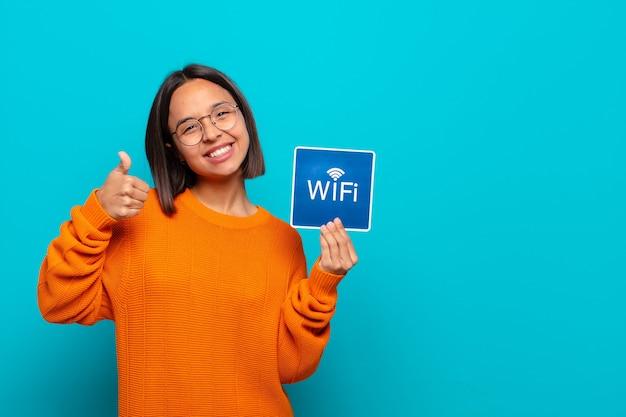 Jonge latijns-vrouw. gratis wifi