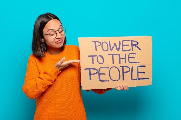 Jonge latijns-vrouw. macht aan het mensenconcept