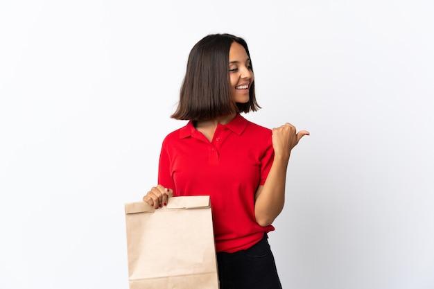 Jonge latijns-vrouw met een boodschappentas