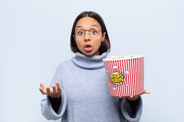 Jonge latijns-vrouw met open mond en verbaasd, geschokt en verbaasd over een ongelooflijke verrassing