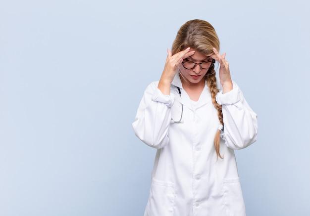 Jonge latijns-vrouw op zoek gestrest en gefrustreerd, werken onder druk met hoofdpijn en last van problemen. arts concept
