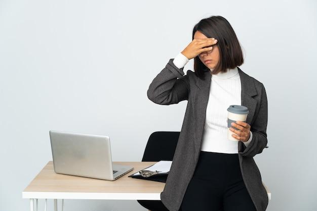 Jonge latijnse bedrijfsvrouw die in een bureau werkt dat op witte achtergrond wordt geïsoleerd die stopgebaar maakt en gezicht bedekt