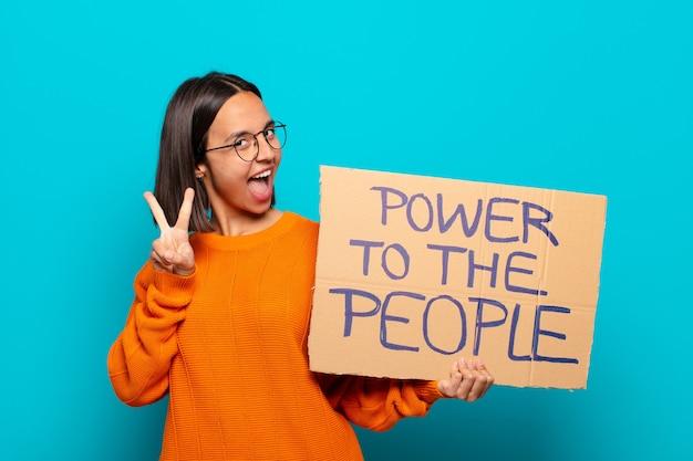 Jonge latijnse macht van de vrouwenholding aan de mensenraad