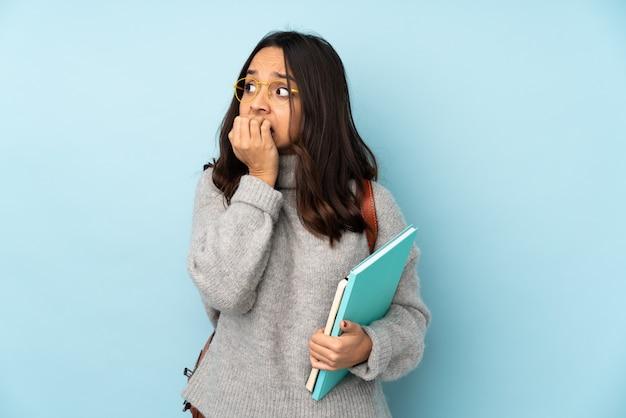 Jonge latijnse studentenvrouw over geïsoleerde achtergrond