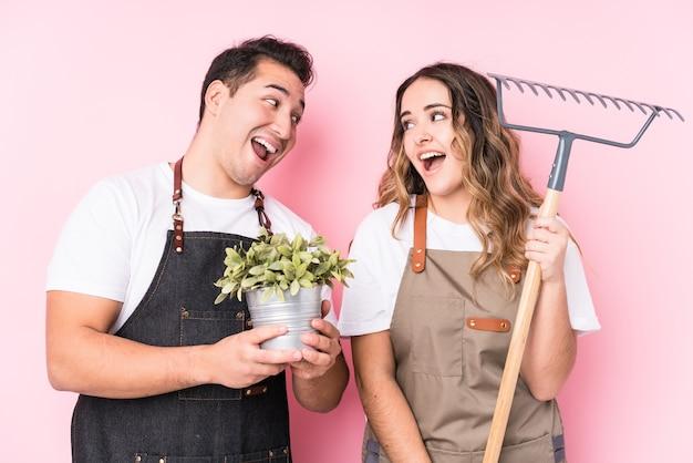 Jonge latijnse tuinlieden verliefd paar