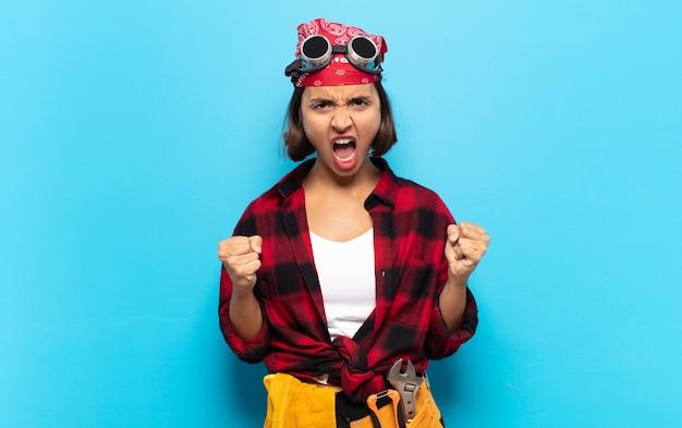 Jonge latijnse vrouw die agressief schreeuwt met geërgerd