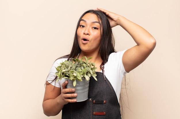Jonge latijnse vrouw die blij, verbaasd en verrast kijkt, glimlacht en verbazingwekkend en ongelooflijk goed nieuws realiseert