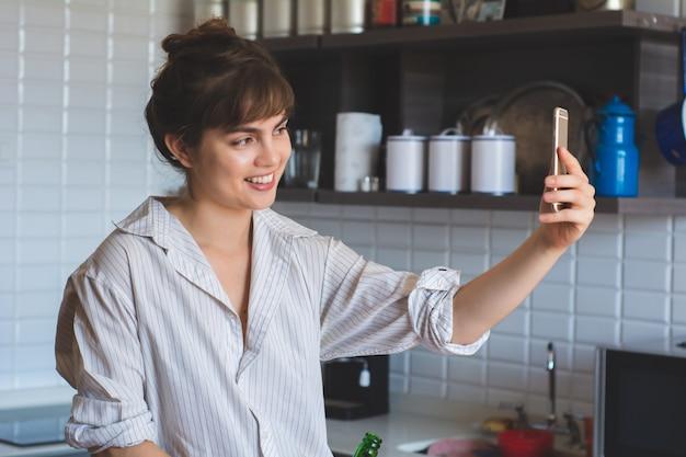 Jonge latijnse vrouw die een selfie maakt.
