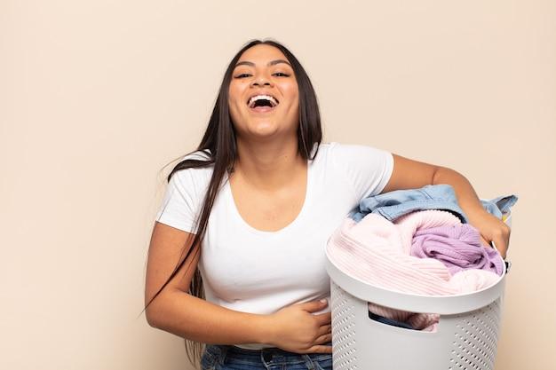 Jonge latijnse vrouw die hardop lacht om een hilarische grap, zich gelukkig en opgewekt voelt, plezier heeft