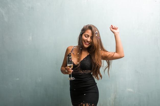 Jonge latijnse vrouw die nieuw jaar of een gebeurtenis viert. opgewonden en gelukkig