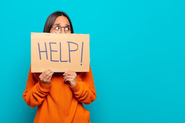 Jonge latijnse vrouw die om hulp vraagt