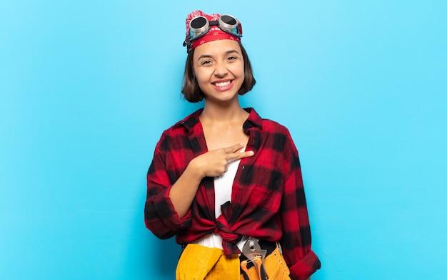 Jonge latijnse vrouw die zich gelukkig, positief en succesvol voelt