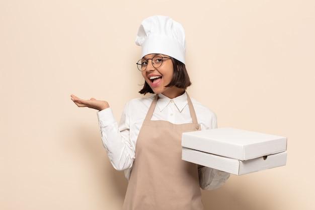 Jonge latijnse vrouw die zich verbaasd en verward voelt, twijfelt, weegt of verschillende opties kiest met grappige uitdrukking