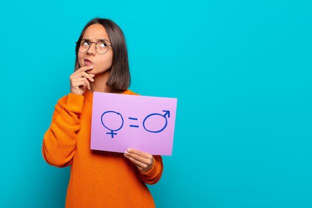 Jonge latijnse vrouw gelijkheid concept