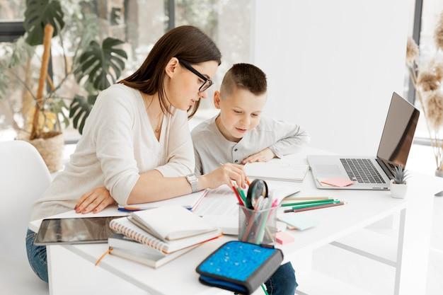 Jonge leerling en tutor samen leren