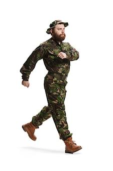 Jonge leger soldaat camouflage uniform dragen geïsoleerd op wit
