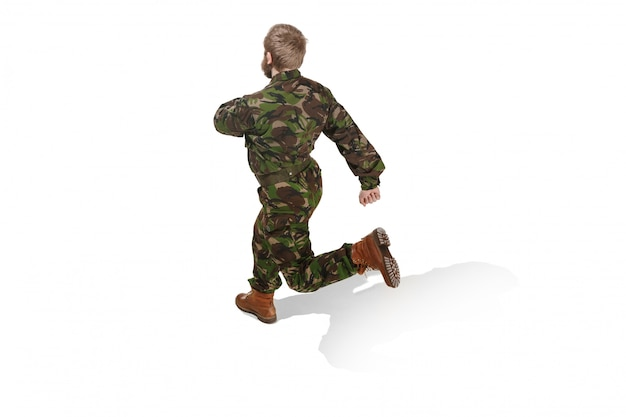 Jonge legermilitair die eenvormige camouflage draagt