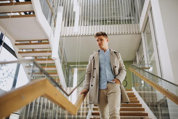 Jonge leraar binnen de universiteit