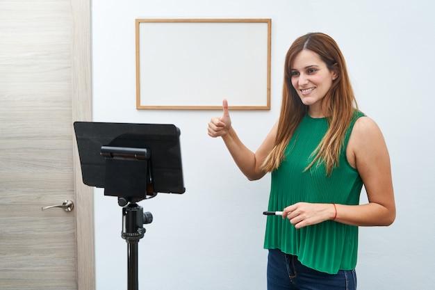 Jonge leraar die online lessen thuis geeft door videogesprek. concept van nieuwe technologieën, studie en lessen online.
