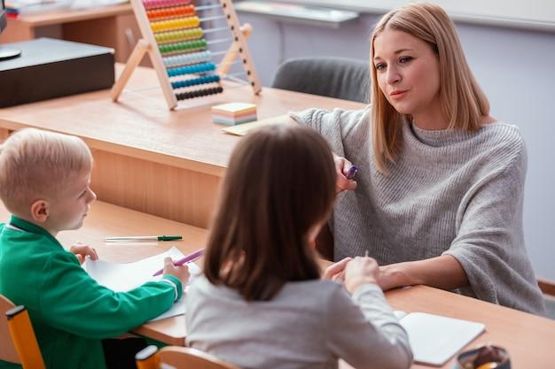 Jonge leraar en leerling in de klas tijdens de eerste wiskundeles
