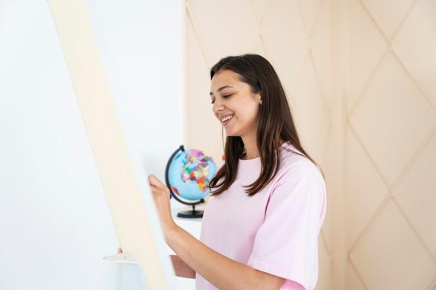 Jonge leraar engels doet haar lessen online