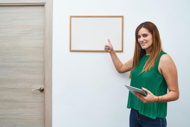 Jonge leraar lesgeven met een wit bord en een tablet. concept van studie, lessen en nieuwe cursus.