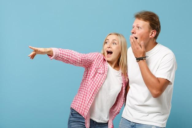 Jonge leuke paar twee vrienden jongen meisje in wit roze lege lege ontwerp t-shirts poseren