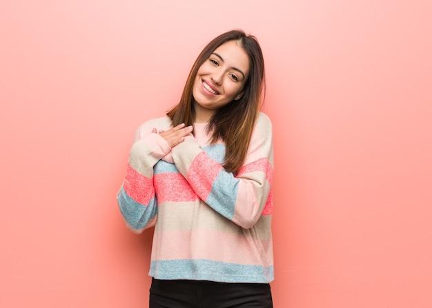 Jonge leuke vrouw die een romantisch gebaar doet