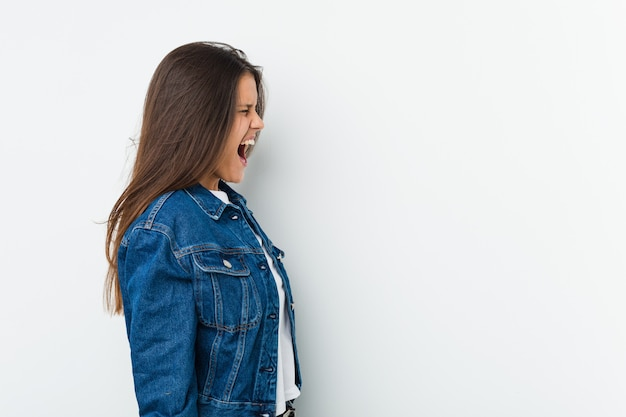 Jonge leuke vrouw die naar een exemplaarruimte schreeuwt