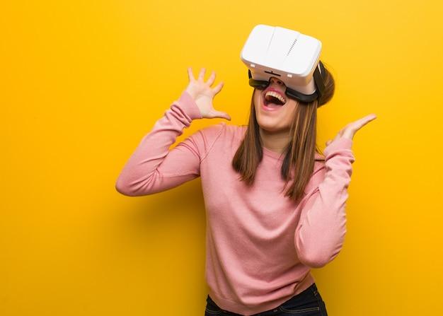 Jonge leuke vrouw draagt een virtual reality-bril die een overwinning of een succes viert