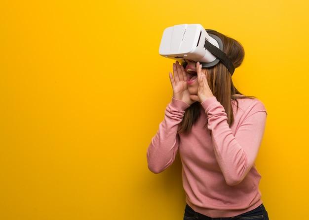 Jonge leuke vrouw draagt een virtual reality-bril die iets blijs naar voren schreeuwt
