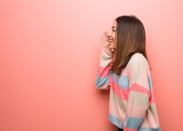 Jonge leuke vrouw fluisteren roddel ondertoon