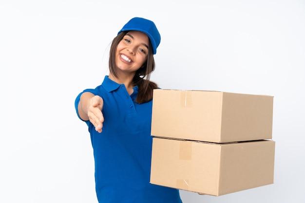 Jonge levering brunette vrouw geïsoleerd handen schudden voor het sluiten van een goede deal