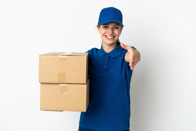 Jonge levering vrouw geïsoleerd op wit handen schudden voor het sluiten van een goede deal