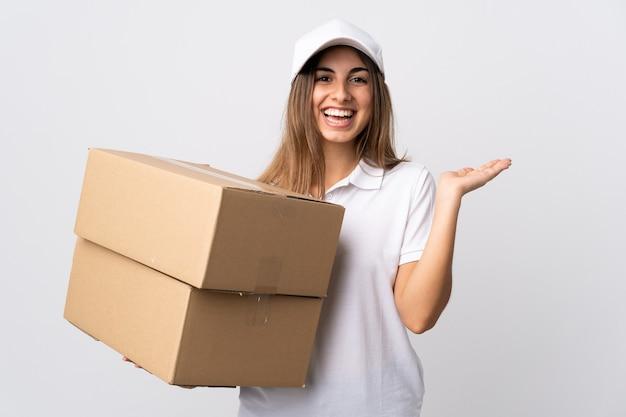 Jonge leveringsvrouw op geïsoleerd wit bedrijf copyspace denkbeeldig op de palm om een advertentie in te voegen